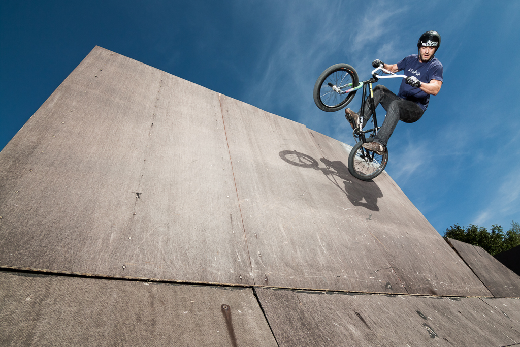 Outdoor BMX photography with Niels Lange doing a wall ride - action, sport photography by Alex Wunsch